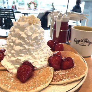 ストロベリー、ホイップクリームとマカデミアナッツパンケーキ(Eggs 'n Things お台場店)