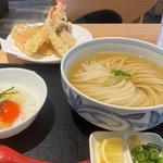 Bランチ・冷かけ天ぷら盛り合わせ・卵かけご飯(讃岐おうどん 花は咲く 若松河田店)