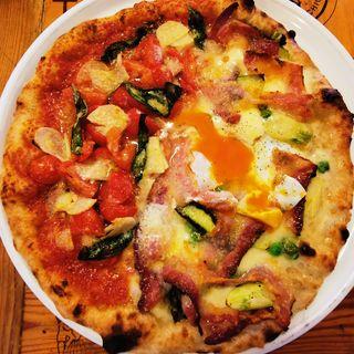 パンチェッタとグリーンピース、アスパラ、卵の春ピッツアとマリナーラのハーフ&ハーフ(パーレンテッシ (Parentesi))