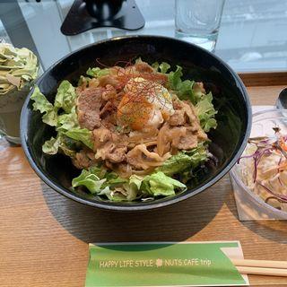 ビーフサラダ丼〜グレイビーソース〜(ナッツカフェトリップ)
