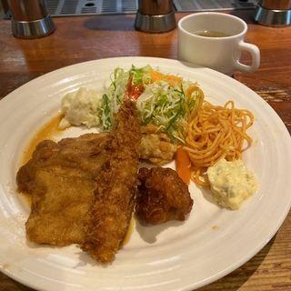 エビフライと鳥と白味魚ソテー(コケシ・ビアレストラン )