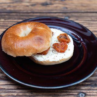 セミドライトマトとクリームチーズのベーグルサンド(パーランド (parland))