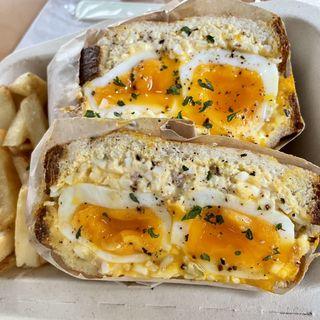 半熟タマゴのサンドイッチ with フレンチフライ(Egg Baby Cafe)