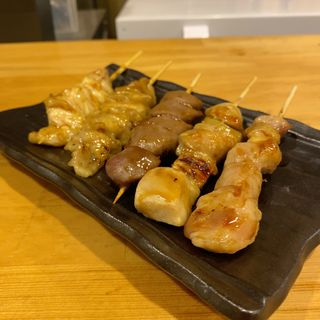 串焼き盛り合わせ(もも、ねぎま、砂肝、皮、テール)(串焼き×バル 串光)