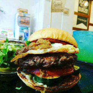 ハンバーガー(ブラウンバンズ+ビーフパティ+ズッキーニ+トマト+パクチー+フライドエッグ+キーマカレーソース)(milia burger)