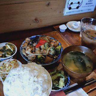 お肉とブロッコリーナス炒め日替わりランチ