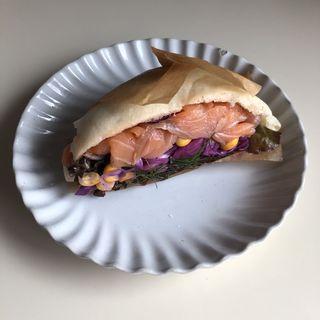 北海道コーンとサーモンのピタパン