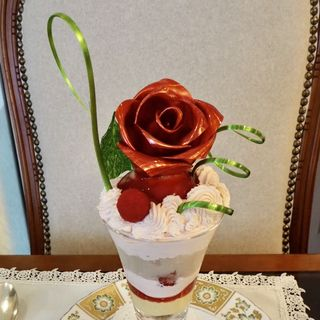 薔薇とライチのパフェ