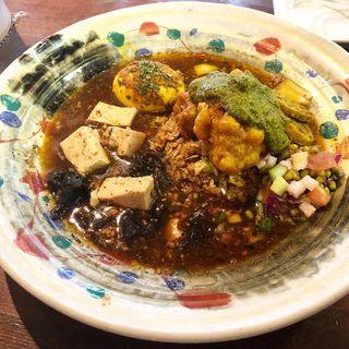 タンドリーチキン天ぷらほうれん草のサグがけスパイス炒飯と麻婆スープカレー(スパイス半熟卵付き)(あきらカレー)