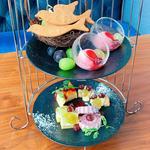 シャインマスカットなど国産ぶどう4種食べ比べとぶどうデザートのアフタヌーンティーセット