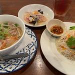 ハーフ&ハーフ(タイヌードル&海老と豚ミンチの炒めご飯)