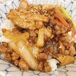 鶏モモと牛豚合い挽き肉の辛味噌焼肉丼