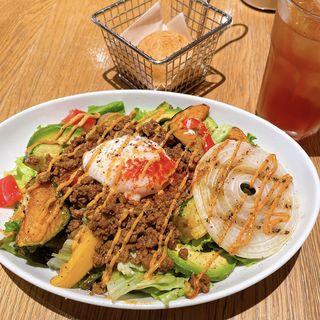 いろいろ野菜とスパイシーチリミートのメキシカンサラダ