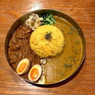 ダブルプレート(ダルカレー + 豚ホルモンの甜麺カレー)半熟卵・ポテサラ トッピング